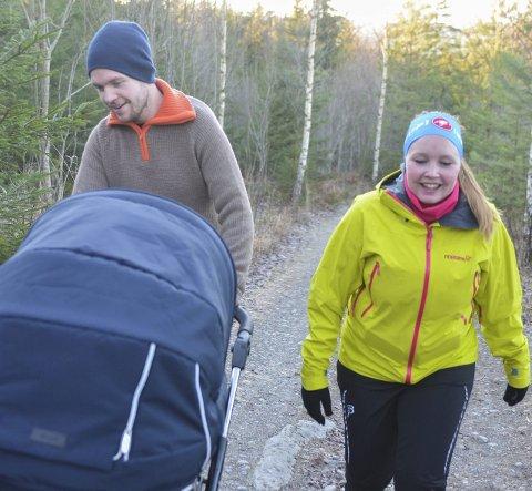 UTE MED VOGN: Karoline Bråten har vært med på ribbemarsjen i 30 år, første gangen lå hun selv i vogna. I år hadde hun med mannen Pål Bang og parets fire uker gamle baby.