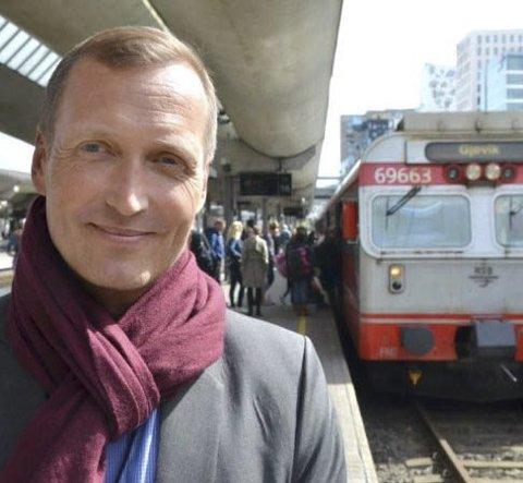 TILBYR HJELP: Daglig leder i NSB Gjøvikbanen, Erik Storhaug, ønsker å komme i kontakt med vitner til knivdramet mandag ettermidag.
