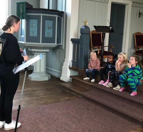 LEDER: Emma Selte Sand instruerer barna i Jevnaker barnekor.