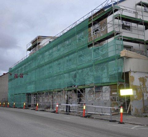 Under renovering: Bygget har nå fått nye vindu, nytt tak på baksiden, nymalte vegger og en god del er gjort innvendig.