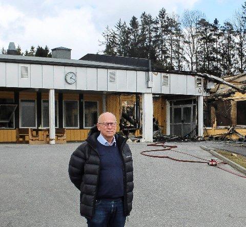 SAMMENSATT: Ivar Nævra forklarer at flere forhold vil spille inn når prisen for bygging av ny ungdomsskole etter brannen skal beregnes.