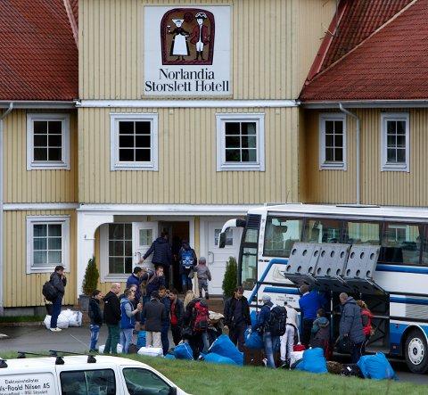 Ved 13-tida onsdag kom de første flyktningene til det nyetablerte mottaket på Storslett. I første omgang skal Norlandia-hotellet huse 94 flyktninger. Foto: Ola Solvang