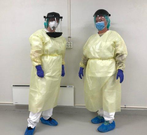 SLIK SER DE UT: Sykepleierne Astrid Synnøve Bø og Wenche Sandmo jobber innpakket i smittevernutstyr når de tar prøver.