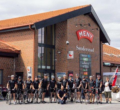 TAKKET: Assisterende butikksjef Geir Nilsen ved Meny Søndersrød foran syklistene fra Frelsesarmeen Pedalkraft.