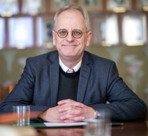 Hyttegjest og filosof: Henrik Syse har gjort seg noen tanker om koronaviruset og hva dette gjør med oss og samfunnet. Han gleder seg til neste gang han kan bidra på et arrangement i en av kirkene på øyene, slik han pleier å gjøre.