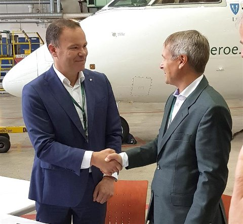 Fylkesrådsleder Tomas Norvoll og administrerende direktør i Widerøe Stein Nilsen undertegnet intensjonsavtalen.