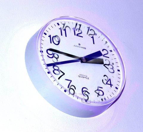 Klokke som viser flere tidspunkt samtidig. Dårlig tid. Tidspress. Stresset. Stressa. Tiden flyr. Forvirret. Tiden strekker ikke til. Arbeidstid. Timer. Minutter. Veggklokke. Veggur. Yetlag. Tidsforskjeller. Stille klokken frem eller tilbake. Sommertid. Vintertid. Dobbeltsyn. Dårlig syn. Tidsklemme. Tidsklemma. FOTO: SCANPIX
