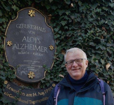 Peter Bekkhus-Wetterberg bor i Tomter og er ovelege ved Hukommelsesklinikken på Ullevål i Oslo. Her er han utenfor Alzheimers hus.