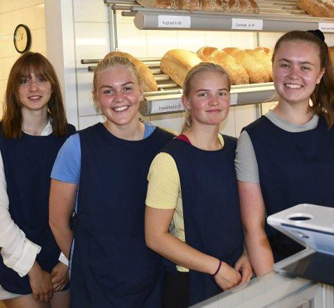 Jobber i ferien: Sara Aaland (fra venstre),Ingeborg Riisland, Solveig Halvorsen og Synne Sandhaug jobber ekstra på bakeriet til vanlig, og om sommeren stepper de inn for de fast ansatte som nå har ferie.
