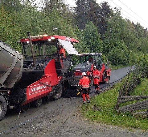 ASFALTERES: Fautrudvegen i Aurdal, som har vært en grusveg i alle år, har denne uka fått asfalt. Snart står Valdresvegen mellom Vikatunet og Autohuset for tur.