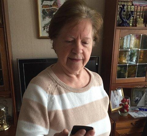 MANGE HENVENDELSER: Martha Kristensen fra Øvre Nygård på Rotnes i Nittedal vil advare om alle svindelforsøkene som pågår, både SMSer om pakker og falske telefonoppringninger.