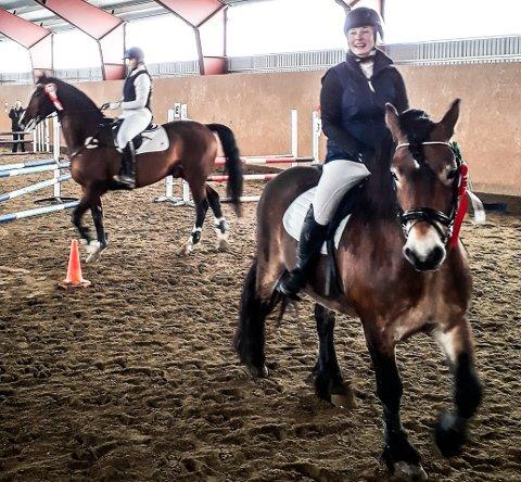 KLUBBMESTERE: Ina Trøen (i front) ble sammenlagt klubbmester for senior i Røros og omegn hestesportsklubb. Ida Katrine Holmberg (bak i bildet) ble sammenlagt klubbmester for junior for Røros og omegn hestesportsklubb.