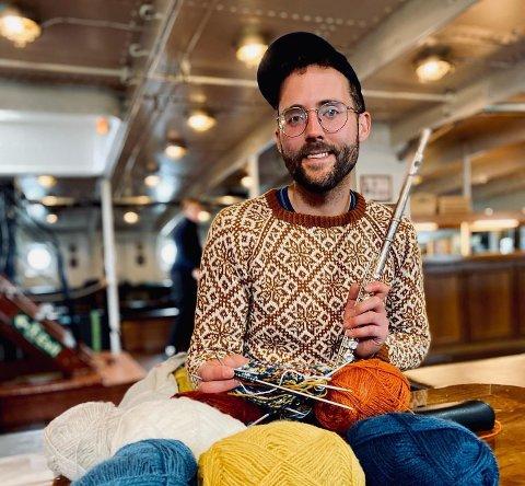 Birger Berge (32) er på sommarskuta Statsraad Lehmkuhl i sommar. På direktesendt TV fekk han på torsdag snakke om strikke-lidenskapen, i tillegg til å spele litt på tverrfløyta.