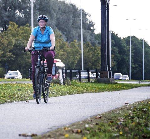 Rolvsøyveien får nye sykkelfelt: Syklistene (på bildet Stine Syvertsen) skal få bedre sykkelfelt fra Torvbyen til Rolvsøysund bru. Å bygge et nytt sykkelfelt med fortau fra Torvbyen til Råbekken er det dyreste prosjektet i planen. Arkivfoto: Geir A. Carlsson