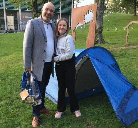 VANT TELT: Oda Fossaas Pahle ble den heldige vinneren av dette teltet under Teltjakten Nedre Glomma. Her sammen med far Christian Pahle.
