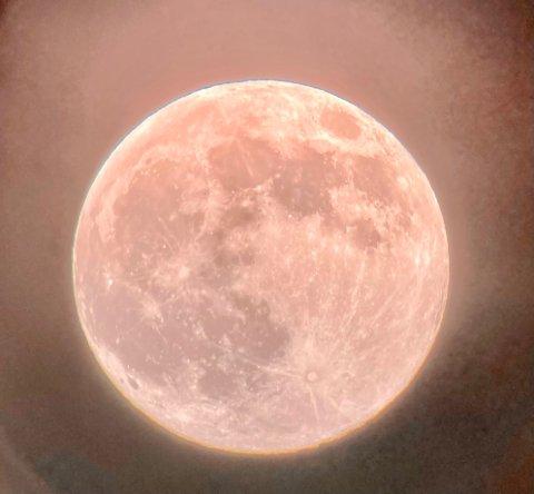 Mandag kveld virket månen  rosa, i kveldslyset, den kalles da også pink moon. Foto: Martin Eilertsen
