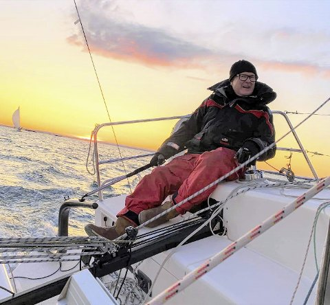 Truls Petter til rors i en lokal regatta nylig. Siden guttedagene har seiling vært et kjært syssel. FOTO: HENRIK WULFF