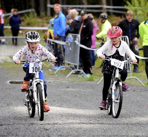 DUELL: Maja Tarud fra Tormod Skilag (t.v.) og Jenny Marie Nystuen Fra Lågen CK kjempet om å komme først i mål.