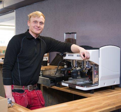 BRATT LÆRINGSKURVE: – Vi har kort tid på oss å lære oss å lage alt av kaffedrikker, sier Roar Øverli.