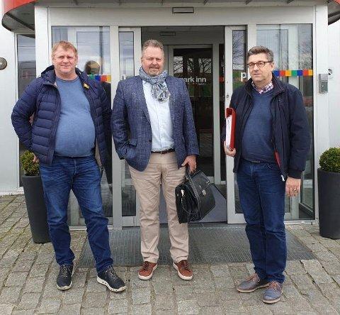 ALLMØTE: Tirsdag var det allmøte i Haaland & Thuestad AS. F. v.: Sverre Snørteland,  driftssjef GL Prosjektservice, Terje Lindstrøm, daglig leder GL Gruppen og Egil Magne Mortensen, daglig leder Haaland & Thuestad.