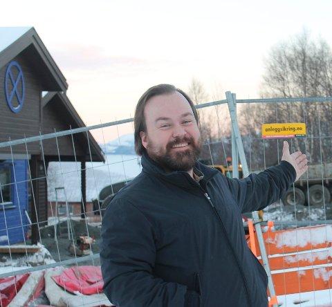 Kjell Hedgard Hugaas har søkt på stillingen som leder for teknikk og eiendom i Leirfjord kommune. Her er han avbildet under ombyggingen av Stormoen barnehage i 2017.