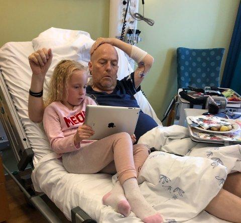 I SYKESENGA: På slutten var Stig Godager Skogstad på sykehus flere ganger. Her sammen med yngstedatteren Aurora.