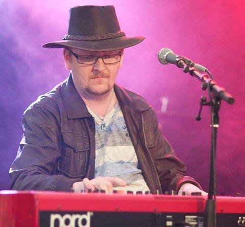 MUSIKER: Frode Sand er musiker og spiller mange intrumenter. Han forteller at trekkspillet er hovedverktøyet hans.