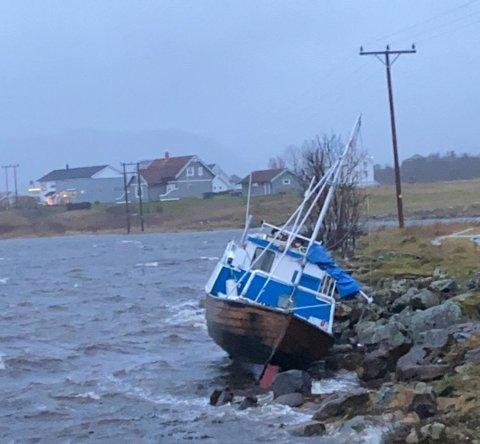 I FJÆRA: Sjarken drev i land ved Mjåneset.