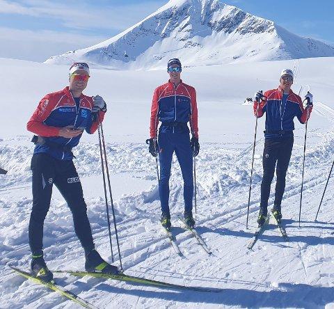 """FARTSGLADE: Daniel Stock (til venstre) og Erik Valnes (til høyre) duellerte ned """"Dreper'n"""" i Tromsdalen i enorm fart. I midten Mikkel Arntsen."""