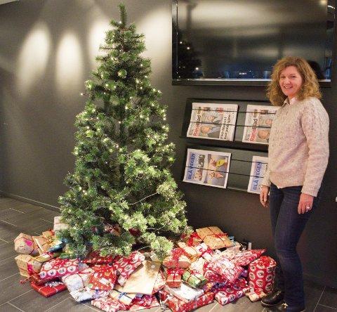 Gavmild: Mange har lagt gaver under treet på Rana Blad, noe Laila Frammarsvik er fornøyd med.       Foto: Emilie Sofie Olsen