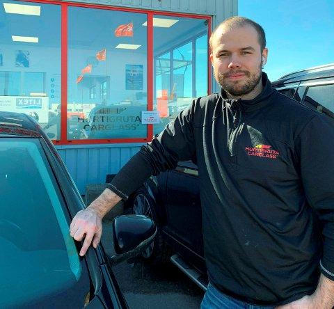 STEINSPRUTSKADER:  Marcus Hamre på Hurtigruta Carglass på Pindsle mener den milde vinteren, og mindre strøing på veiene har resultert i færre skader på bilrutene.