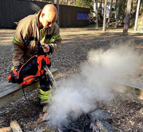 BRANN: – Å forlate et bål er uaktsomt og fører det til brann bærer du ansvaret, sier vakthavende brannsjef Einar Flogeland.