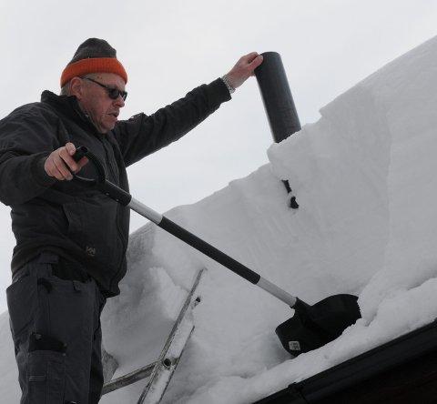 Jan Midthus stikk fyrst ein spade inn under snøen, nede langs taktekkinga. Stikk deretter plastrøyret ned i snøen slik at du råkar spaden og kan ta ut snøsøyla - utan å miste snø.