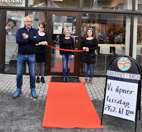 Rød løper: Mange forventningsfulle hadde møtt fram foran inngangen på den nye kafeen i Jernbanevegen 26. februar 2019. Nå er det altså kroken på døra.