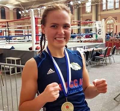 STORT SMIL: Den rutinerte bokseren Madeleine Angelsen var godt fornøyd med å ha slått verdensmesteren i kickboksing i 64-kilos klassen.