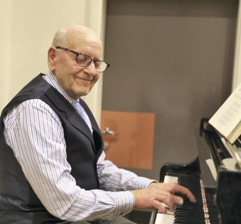 HYLLA PIANISTEN: Otto Aksnes har spelt på svært mange allsong-samlingar i Alversund mållag sin regi. No har han runda 80, og allsong-folket gav pianisten ein fortent hyllest.Alle foto: arthur kleiveland