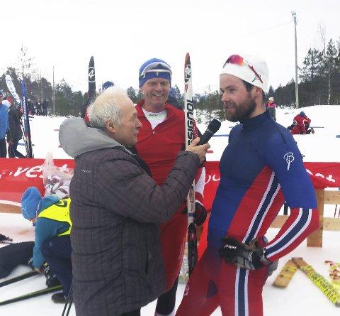 Speakeren, politikeren og mesteren: Nei, det er ikke åpningen på en merkelig vits. Speaker Odd Rolland, stortingspolitikeren Terje Breivik (V) og dobbeltvinner Torjus Børsheim prater i godt lag etter et vellykket kretsmesterskap.