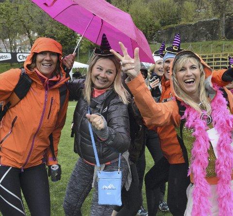 Christine Sørensen (til høyre) fyller 50 år i dag. Hennes siste dag i 40-årene ble brukt til å delta på Jentegangen sammen med venninnegjengen. Til venstre ser vi Anne Fjeldstad og Anne Lise Rasmussen. FOTO: Sindre Wiik