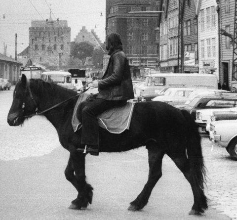 BAs ridende patrulje krysser Bryggen mellom busser og lastebiler. Truls Synnestvedt og Degos opplevde byen på nært hold i 1972.