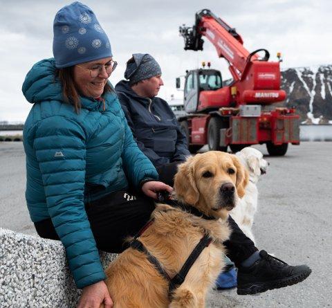 TÅLMODIG: Milo sitter pent hos Liss Thomassen og venter på sin tur til å gå løypa Aina Nylund og Mille sitter konsentrert bak.