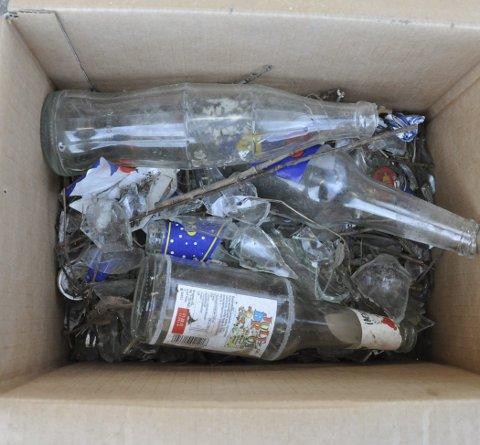 GLASSKÅR: Guttene brukte plasthansker, og samlet opp flasker og knust glass i esker.