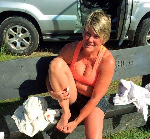 Her har Audny Bakken (52) akkurat hentet opp den vesle gutten fra vannet. Hun skadet tåa i spranget.
