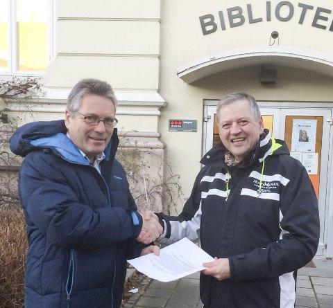 UNEDRSKRIFTER: Erling Rennemo-Melsom fra Rødt (til høyre) overrakte 450 underskrifter mot nedskjæring i bibliotektilbudet i Halden til ordfører Thor Edquist
