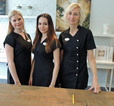 PÅ PLASS: Hudterapeutene Emeline Frøyna og Magdalena Atrand tok i mot kunder i de nye lokalene sammen med resepsjonist Monica Lie.