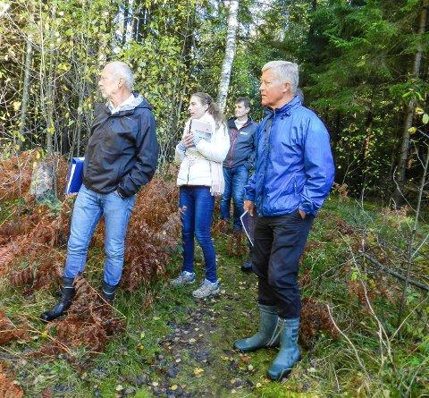 VEISTRID: Her ser vi advokat Helge Skaraas (tv), rettens leder Linda Stenersen og advokat Bjørn Stordrange under torsdagens befaring i Eskevikenskogen.