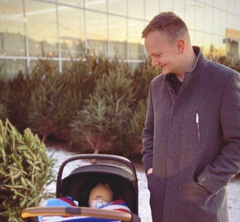 Sindre Svensson sammen med sin nevø i Trondheim.