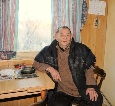 HJEMME I BÁHKILJOHKA:Nils J. J. Anti, eller Biret Máret Nillá, har driftet med rein hele sitt arbeidsaktive liv. Han gikk av med pensjon for rundt 25 år siden, og nå holder han seg for det meste i huset sitt i Báhkiljohka utenfor Karasjok.