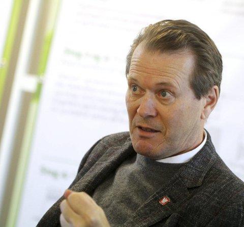 GODTAR: Ordfører i Holmestrand, Alf Johan Svele, støtter forslaget til nytt kommunevåpen. Men han hadde håpet mer historisk forankring.