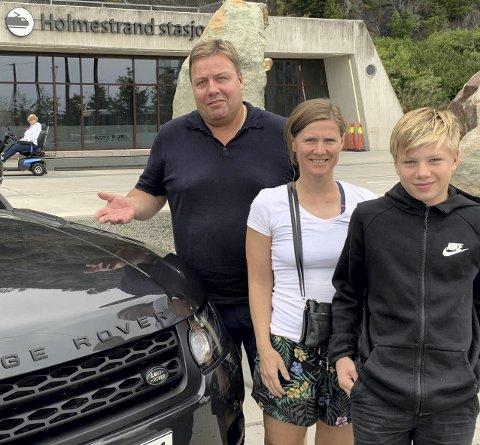Tok bilen framfor toget: Familien Fjeld, Thomas, Gry Hege og David valgte å kjøre bil. Foto: Bjørn Eckhardt