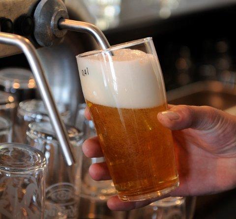 Kommunar med lågt smittetrykk kan frå helga av opna for alkoholskjenking til matservering, men kommunen har enno ikkje avgjort om det blir opna for det her.